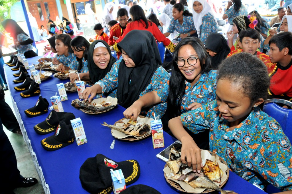 Anak-anak SD-SMK Hangtuah makan ikan bersama dalam peringatan ulang tahun ke-71 Yayasan Hangtuah, di SMK Hangtuah 1, Komplek TNI AL Sunter Kodamar, Kelapa Gading, Jakarta Utara, Kamis (11/01). Dok. Humas KKP/Handika Rizki R