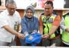 Kepala BKIPM Rina Bersama pihak   Aviation Security (Avsec) Terminal 3 Bandara Soekarno Hatta (Soetta) menujukkan contoh benih lobster yang berhasil diamankan pada Jumat (15/3). Dok. Humas BKIPM
