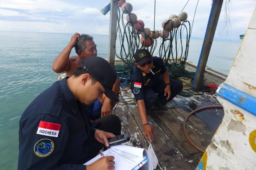 Dok. Petugas memeriksa nelayan pencari ikan (Foto: KKP)