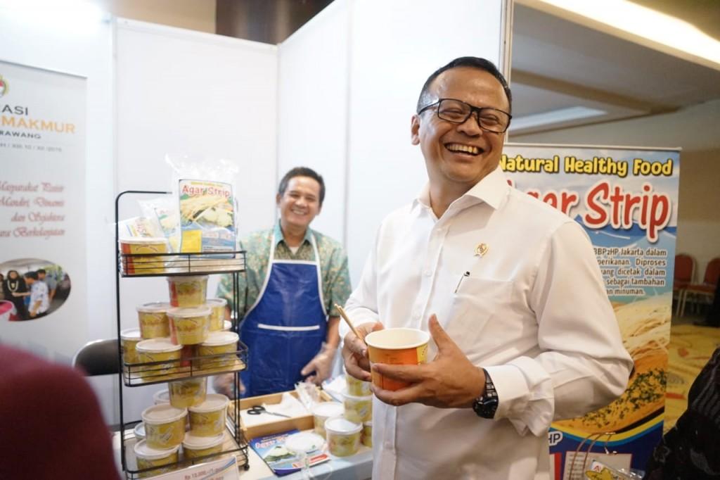 Menteri Edhy mencoba makanan olahan ikan (Foto: KKP)