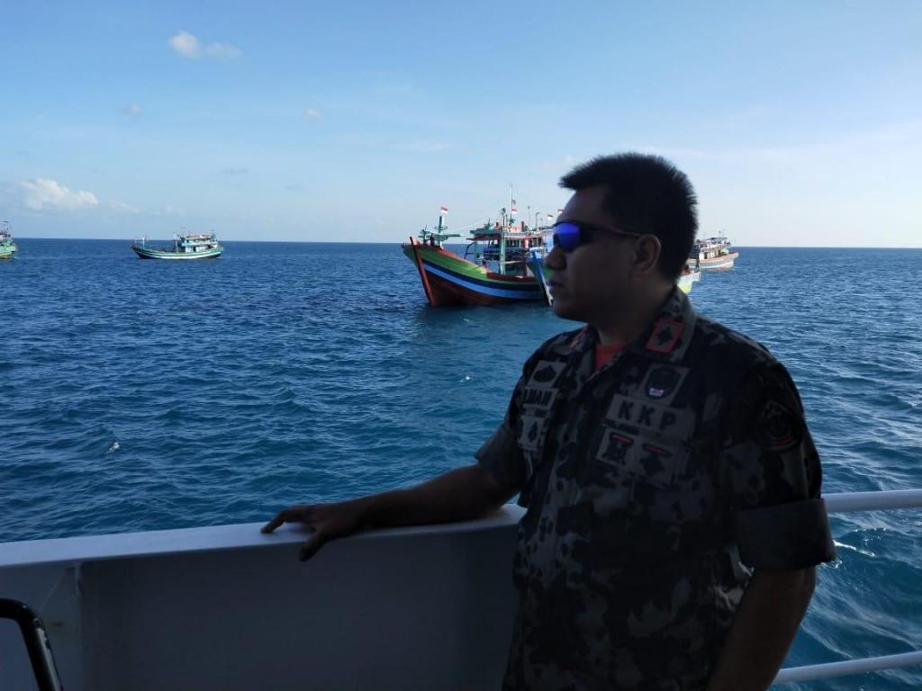 Seorang petugas PSDKP saat berpatroli di Laut Natuna Utara (Foto: PSDKP)