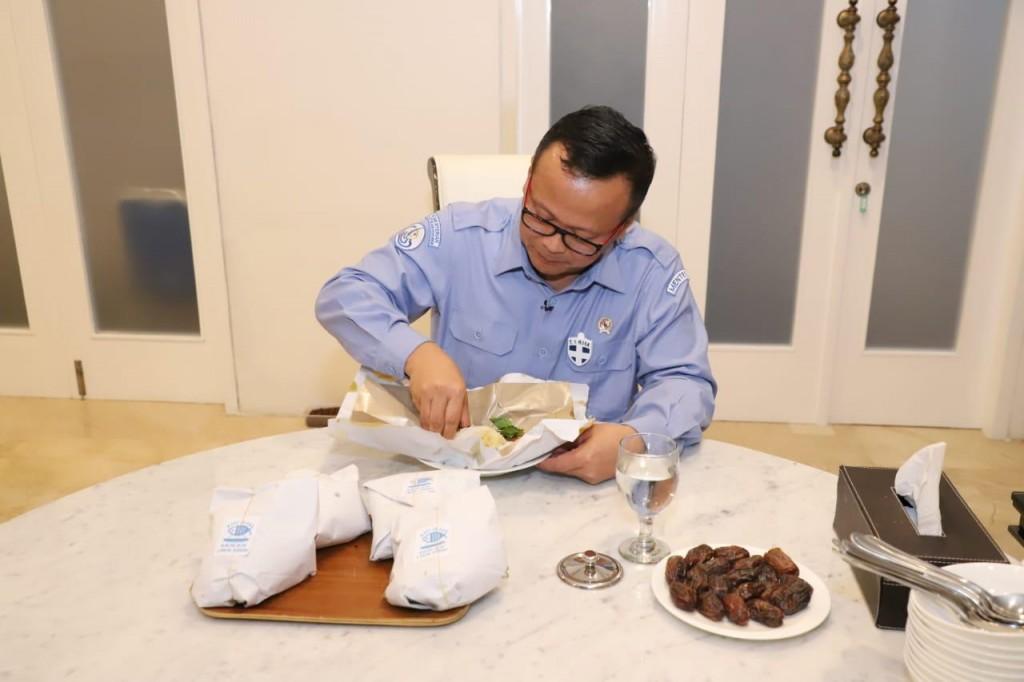 Menteri Edhy mencicipi Nasi Ikan yang dibagikan KKP untuk masyarakat